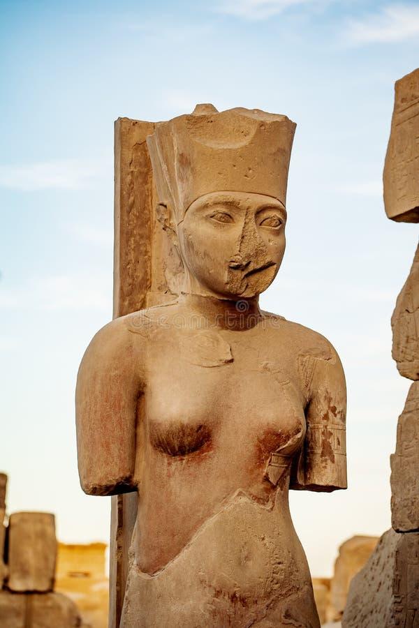 Statue de l'épouse du pharaon à l'intérieur de temple de Karnak à Louxor, Thebes, Egypte image libre de droits