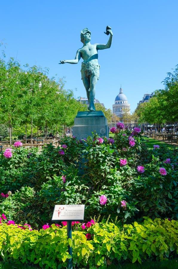 """Statue de l'acteur grec L """"grec d'acteur préparant le texte au jardin du Luxembourg, Paris, France Panthéon sur le fond photos libres de droits"""