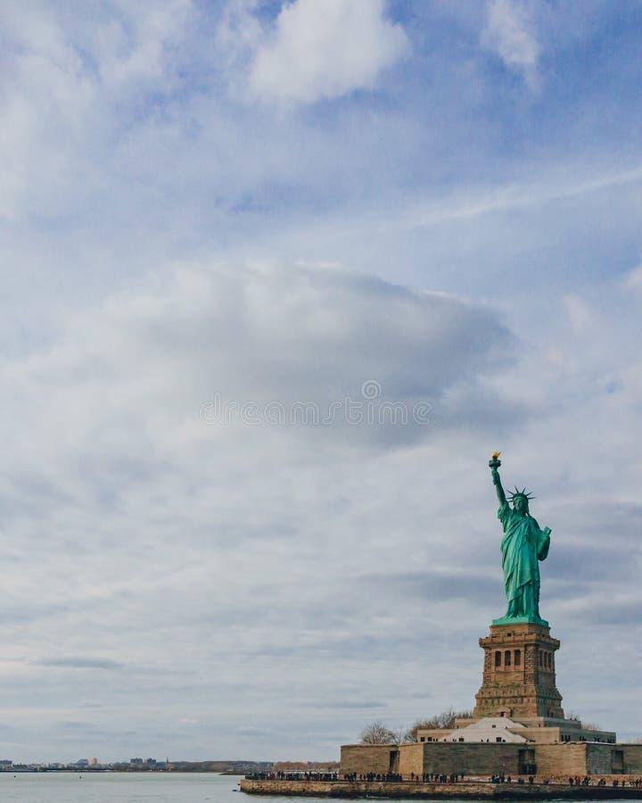 Statue de l'eau de négligence de liberté sous le ciel et les nuages, à New York City, les Etats-Unis photos libres de droits