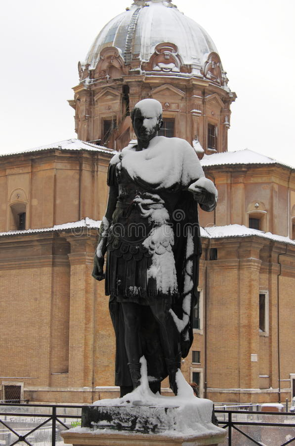 Statue de l'empereur romain Julius Caesar sous la neige photographie stock libre de droits