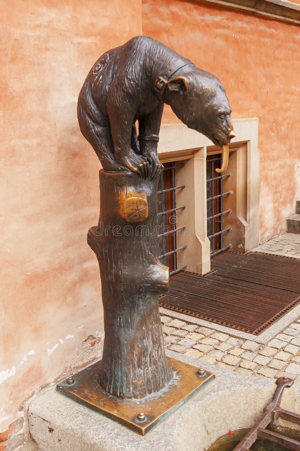Statue de l'ours en bronze avec une languette longue à hôtel de ville à Wroclaw poland images libres de droits