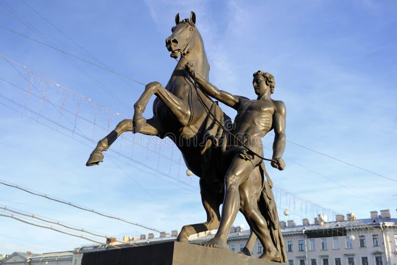 Statue de la conquête d'un cheval sur le pont d'Anichkov dans StPetersburg, Russie image libre de droits