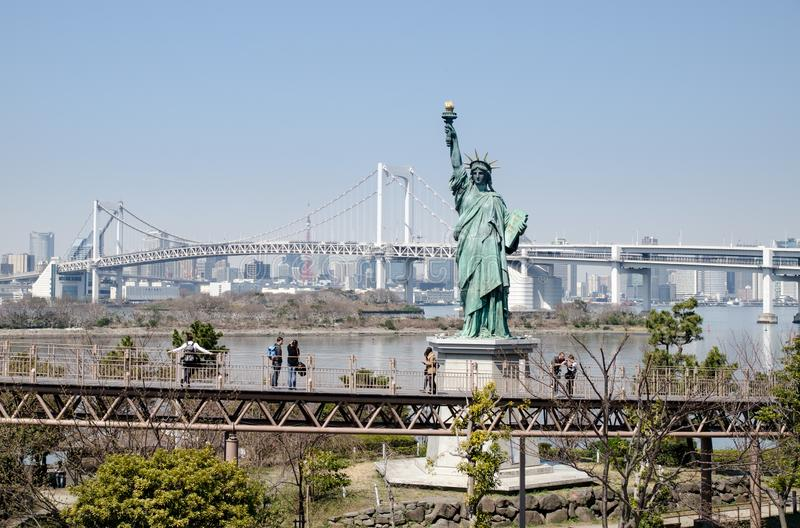 Statue de la liberté à l'île d'Odaiba la tour en acier de Tokyo d'?l?vation r?sidentielle moderne ?lev?e en verre concr?te du Jap photo libre de droits