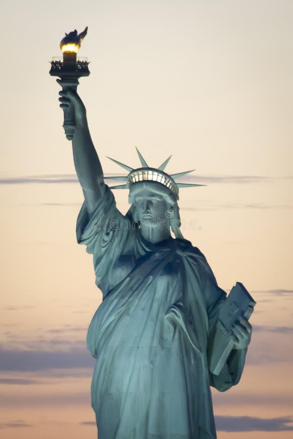Statue de la liberté à New York au coucher du soleil images stock