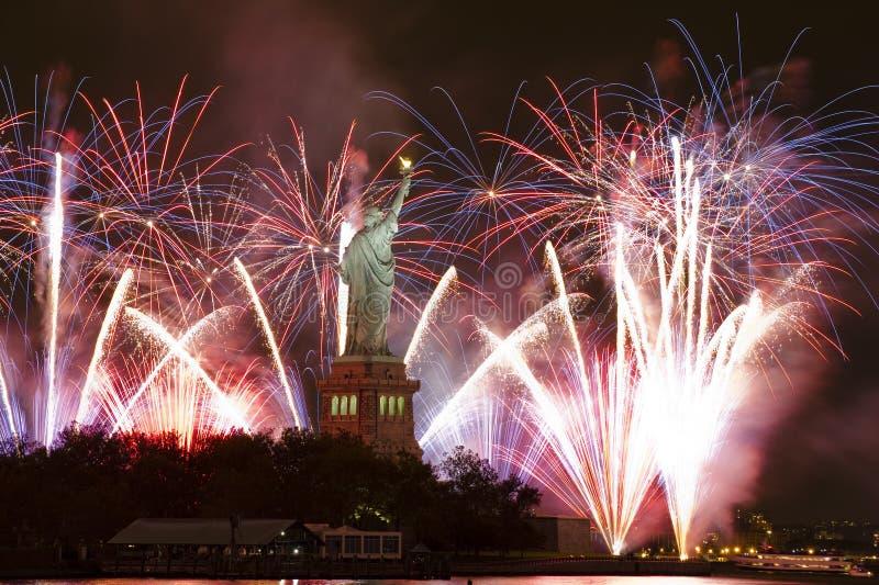 Statue de la liberté avec des feux d'artifice photographie stock libre de droits