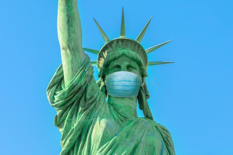 Statue de la Liberté avec masque chirurgical photos libres de droits