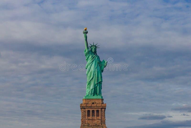 Statue de la liberté contre le ciel et les nuages, à New York City, les Etats-Unis photo libre de droits