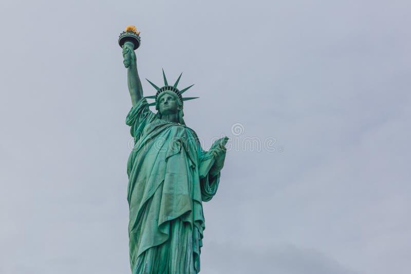 Statue de la liberté contre le ciel et les nuages, à New York City, les Etats-Unis photos libres de droits