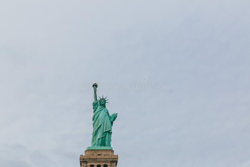 Statue de la liberté contre le ciel et les nuages, à New York City, les Etats-Unis photographie stock