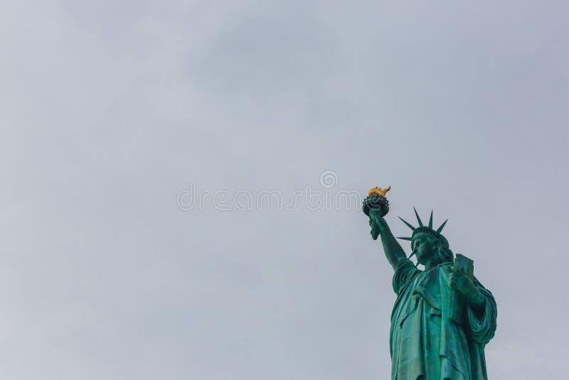 Statue de la liberté contre le ciel et les nuages, à New York City, les Etats-Unis photos stock