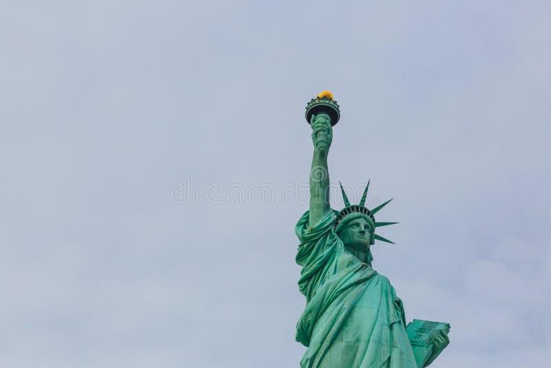 Statue de la liberté contre le ciel et les nuages, à New York City, les Etats-Unis photographie stock libre de droits