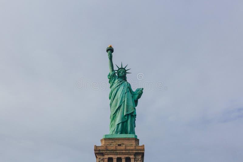 Statue de la liberté contre le ciel et les nuages, à New York City, les Etats-Unis photo stock