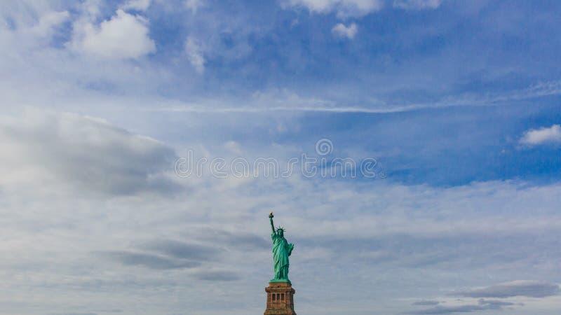 Statue de la liberté contre le ciel et les nuages, à New York City, les Etats-Unis images stock