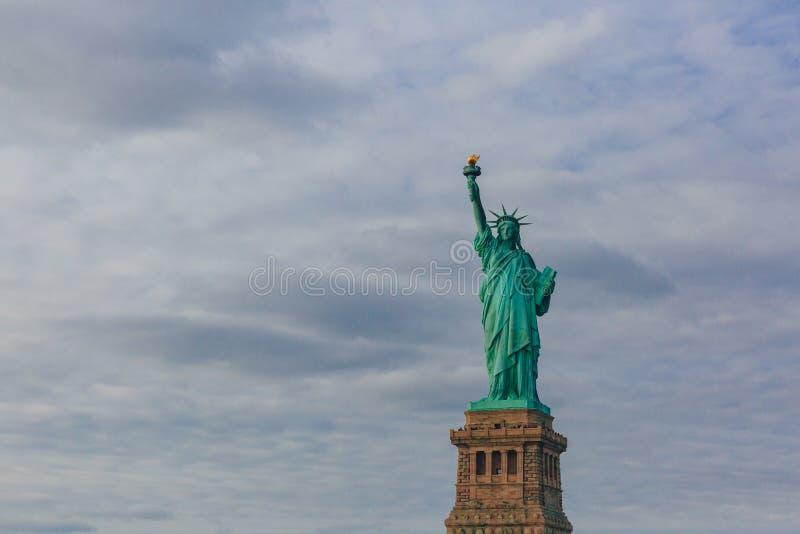 Statue de la liberté contre le ciel et les nuages, à New York City, les Etats-Unis images libres de droits