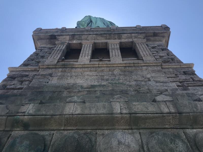 Statue de la liberté de dessous image stock