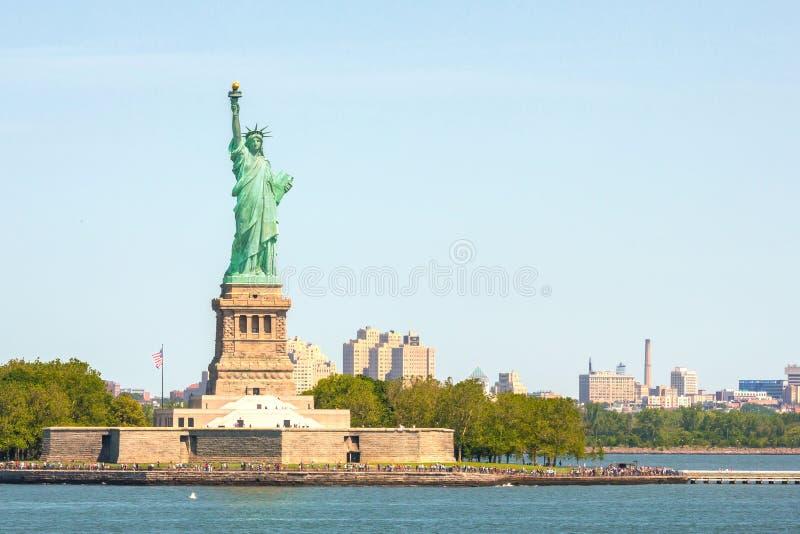 Statue de la liberté et du coucher du soleil de New York City les Etats-Unis neufs York image libre de droits