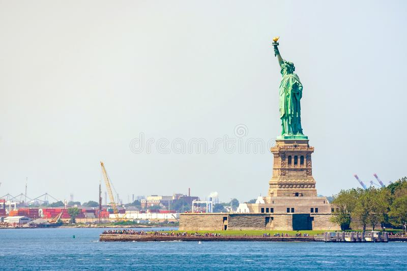 Statue de la liberté et du coucher du soleil de New York City les Etats-Unis neufs York photo stock