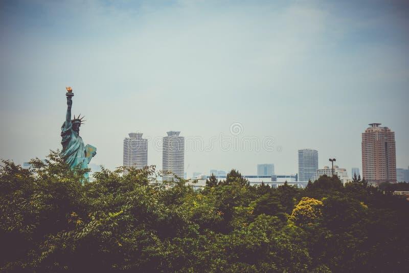Statue de la liberté et du paysage urbain de Tokyo, Japon image stock