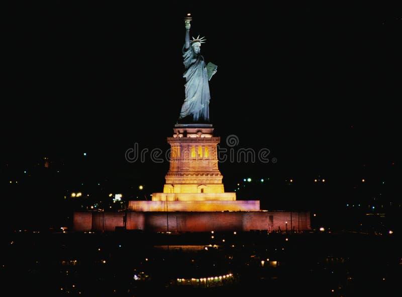 Statue de la liberté la nuit images stock