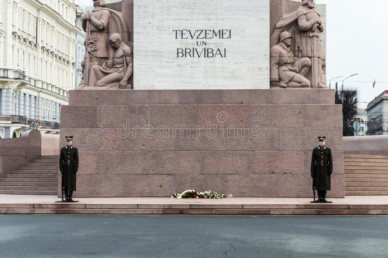 Statue de la liberté sur le monument de liberté dans la ville de Riga, Lettonie Baltique, maisons photo libre de droits