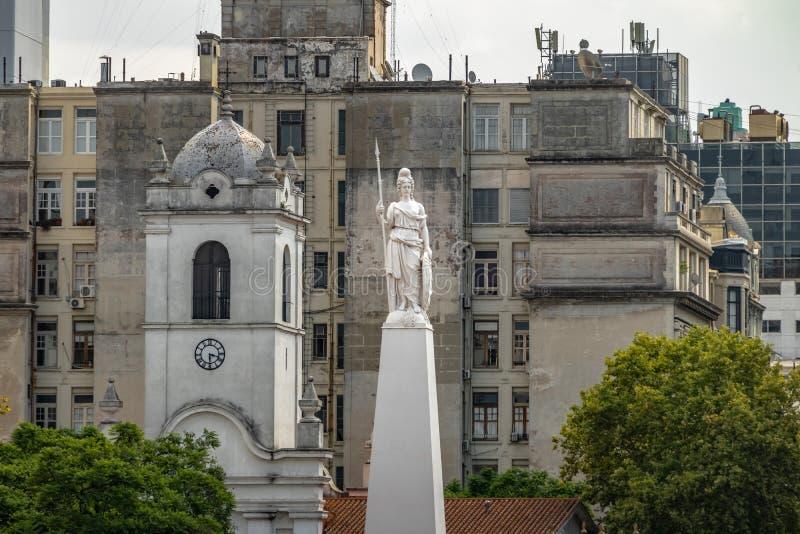 Statue de la liberté sur la pyramide de mai à Plaza de Mayo - à Buenos Aires, Argentine photos stock