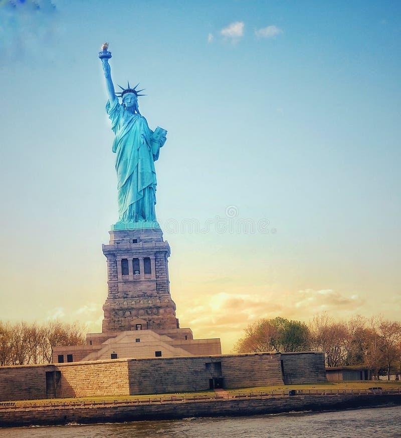 Statue de la libert? et du coucher du soleil de New York City photographie stock
