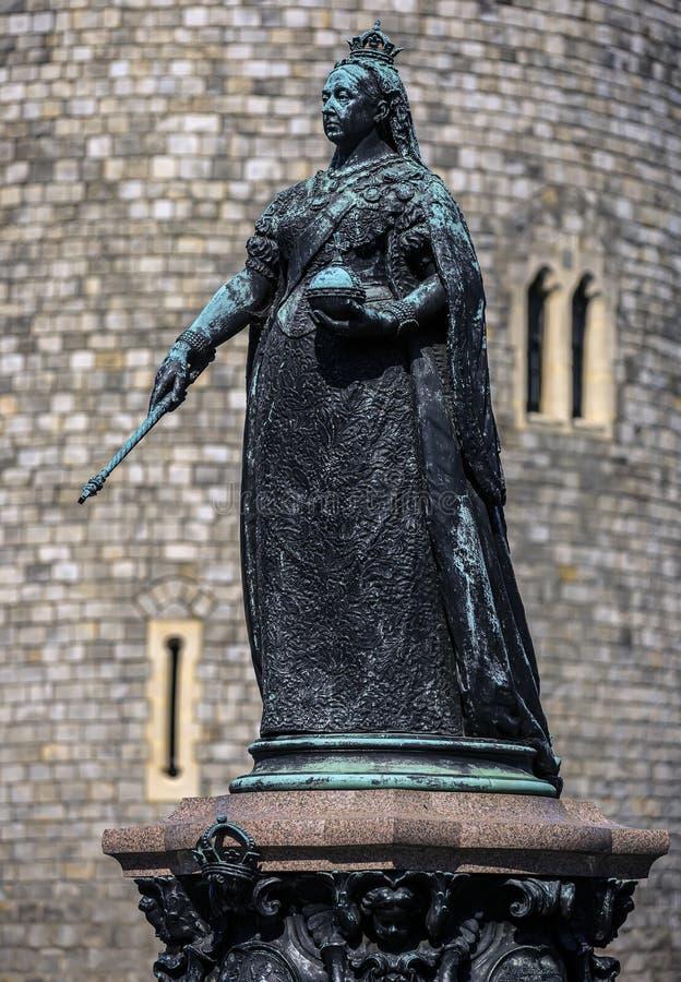 Statue de la reine Victoria au château de Windsor, Angleterre Royaume-Uni Il a été érigé en 1887 pour célébrer la reine photos stock