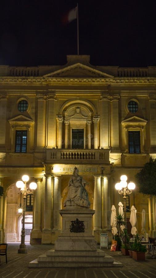 Statue de la Reine Victoria, bâtiment de Bibliotheca par la place de République de nuit La Valette Malte par nuit photo stock