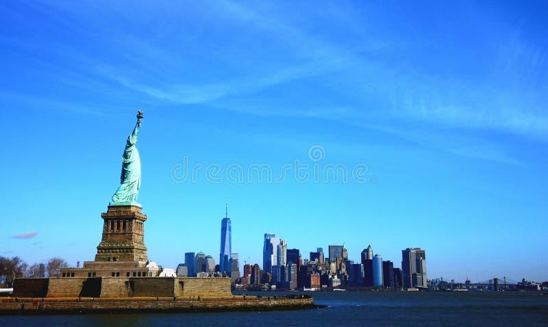Statue de libery donnant sur Manhattan photos stock