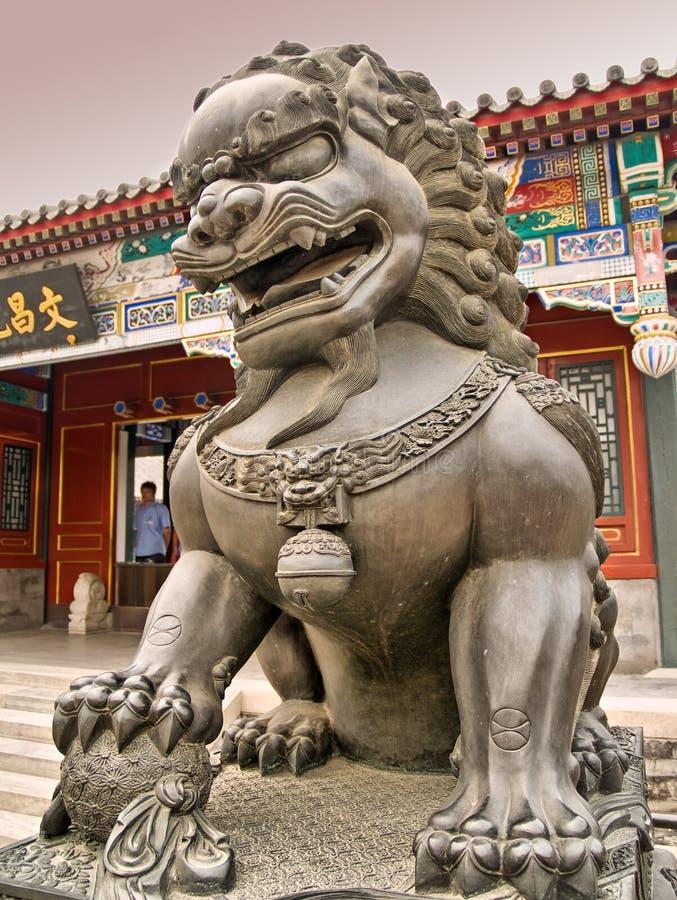 Statue de lion à l'intérieur du palais d'été à Pékin images libres de droits