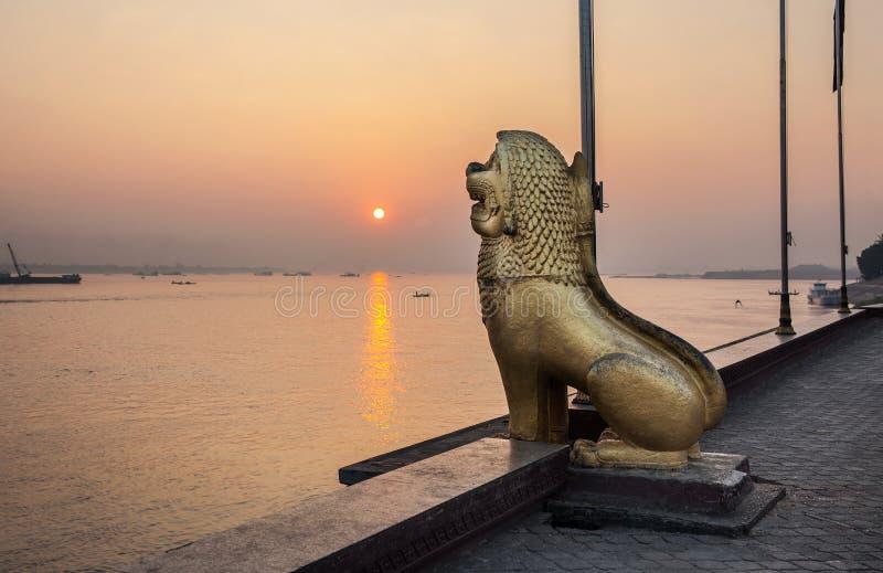 Statue de lion au parc de Royal Palace, ville de Phnom Penh, Cambodge. photographie stock libre de droits
