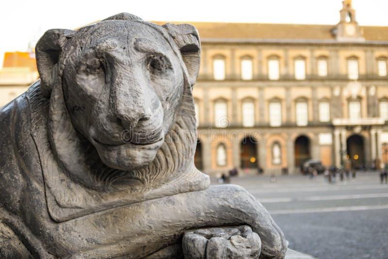 Statue de lion en Piazza del Plebiscito à Naples photos stock