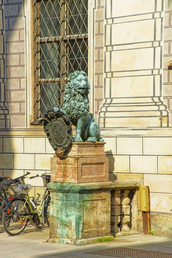 Statue de lion près de résidence de Munich à Munich en Allemagne images stock