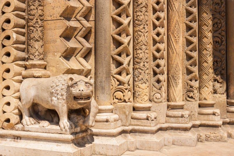 Statue de lion sur le portail de la chapelle de Jak, Budapest, Hongrie photo libre de droits