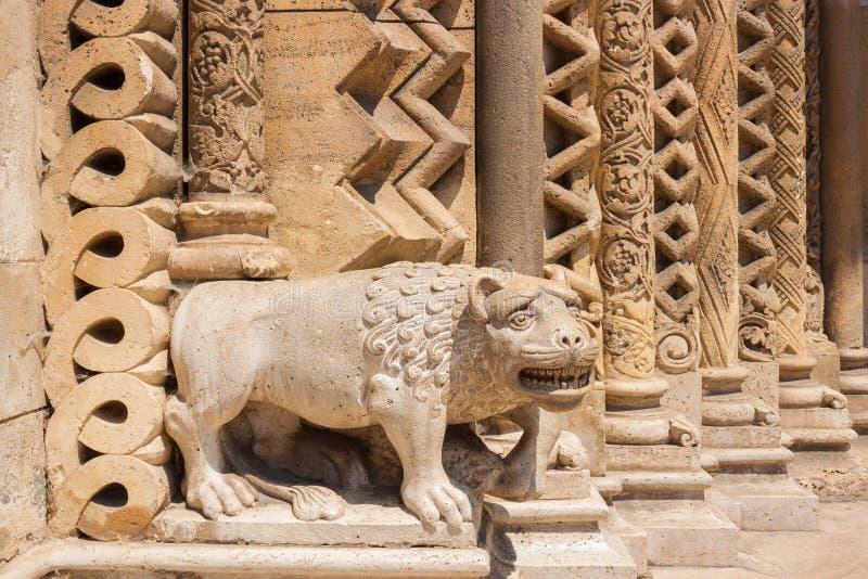 Statue de lion sur le portail de la chapelle de Jak, Budapest, Hongrie photos stock
