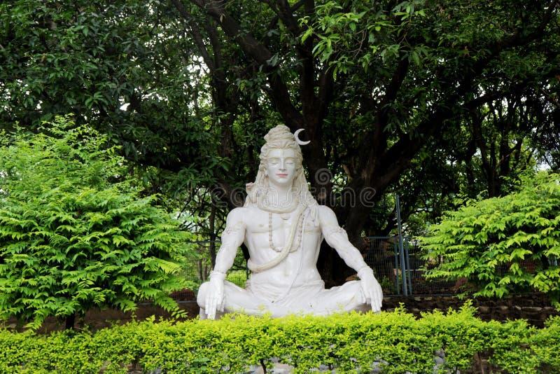 Statue de Lord Shiva indou sous l'arbre, Rishikesh l'Inde photo stock