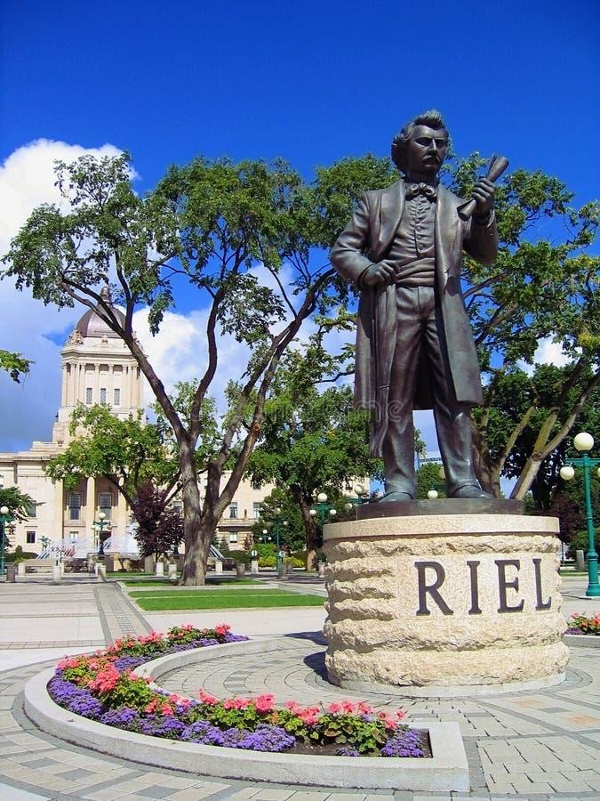 Statue de Louis Riel sur la rivière Assiniboine, côté de l'édifice du Parlement du Manitoba, à Winnipeg photographie stock libre de droits