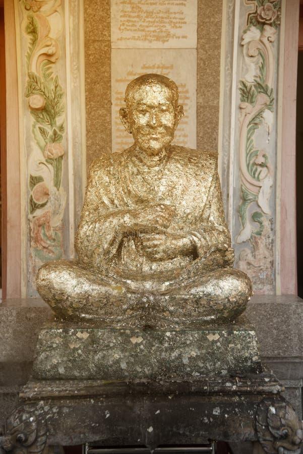Statue de Luang Phor au Phrom-MA-échelon-Sri un moine noble et un célèbre important en Thaïlande images stock