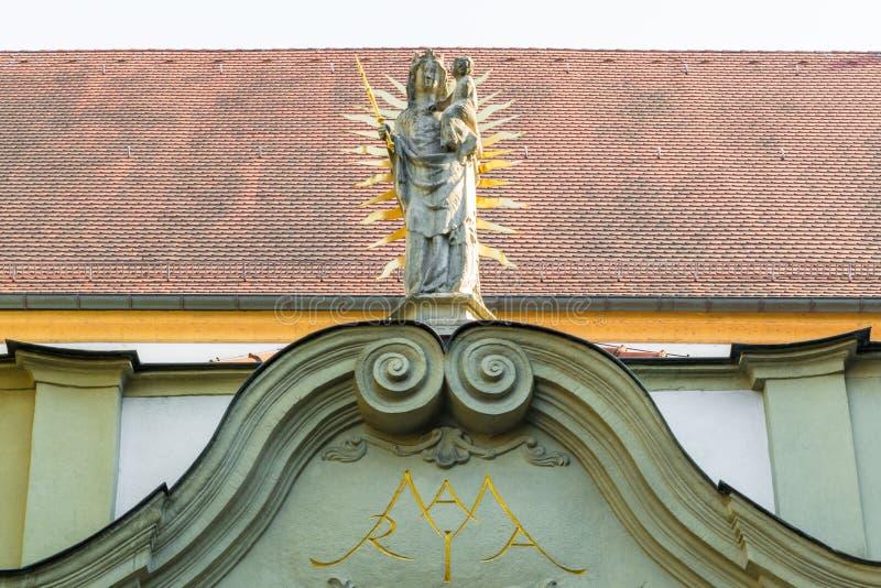 Statue de Madonna au portail de nord de l'église collégiale, vieille chapelle, à Ratisbonne, l'Allemagne images stock