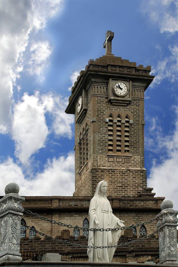 Statue de Madonna devant la cathédrale catholique dans Nha Trang Vietnam photo libre de droits