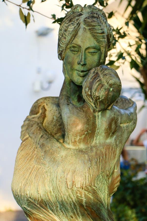Statue de maman avec son enfant, Sorrente, Italie images libres de droits
