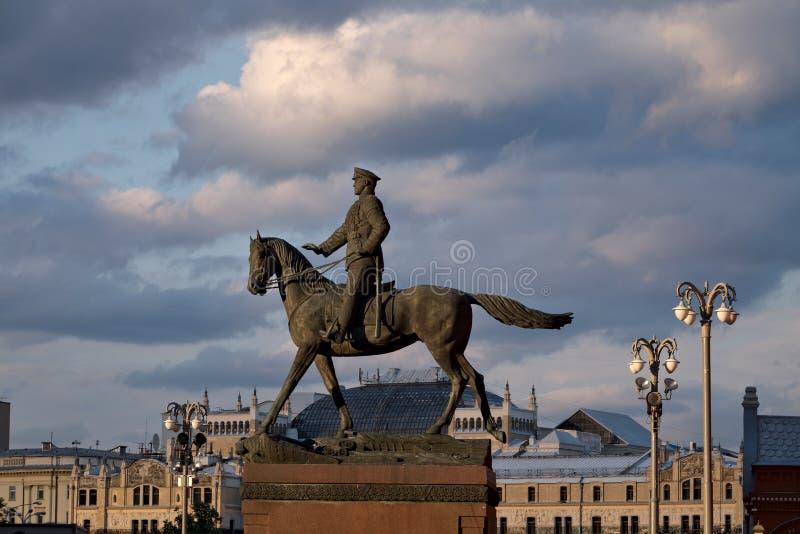 Statue de maréchal Zhukov à cheval à Moscou photographie stock libre de droits