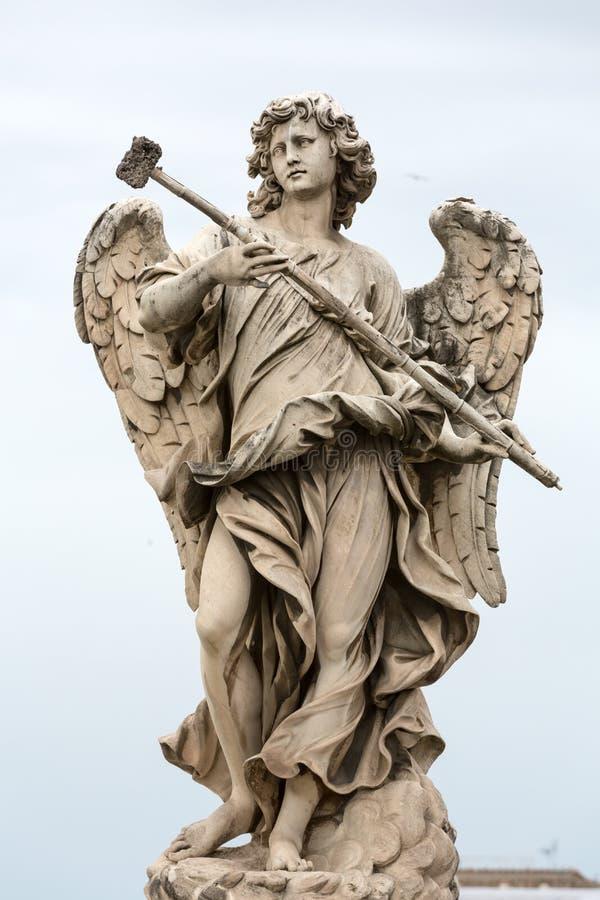 Statue de marbre d'ange avec l'éponge photos libres de droits