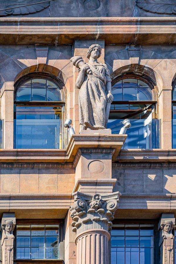 Statue de marbre de femme sur la façade d'un vieux bâtiment St Peters image stock