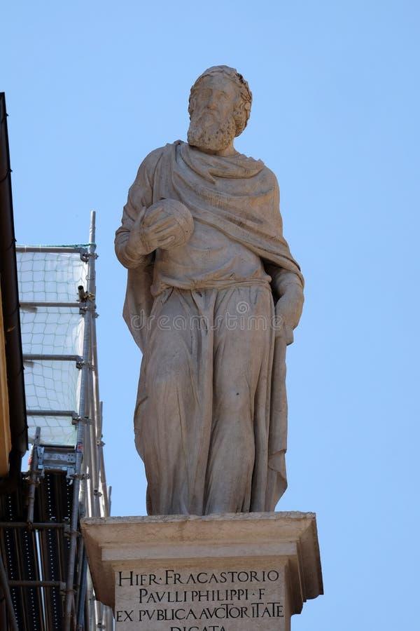 Statue de marbre de Girolamo Fracastoro dans des Signori de dei de Piazza à Vérone photographie stock