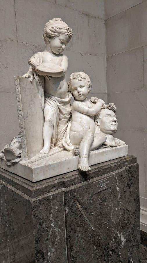 Statue de marbre inquiétante des enfants image libre de droits