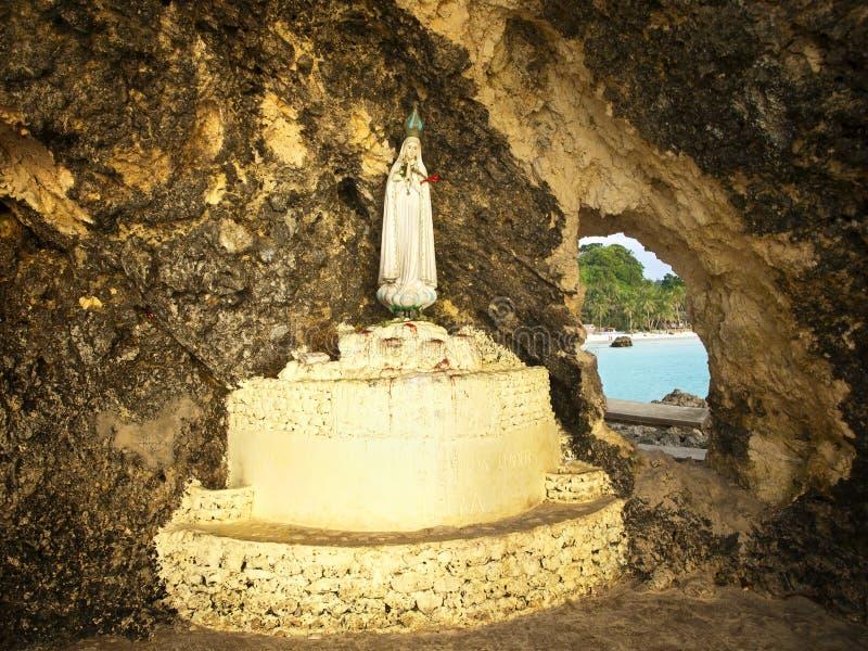 Statue de Mary de mère dans la grotte photo stock