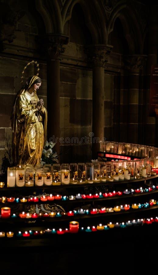 Statue de Mary priant dans la cathédrale Notre-Dame Strasbourg photo stock