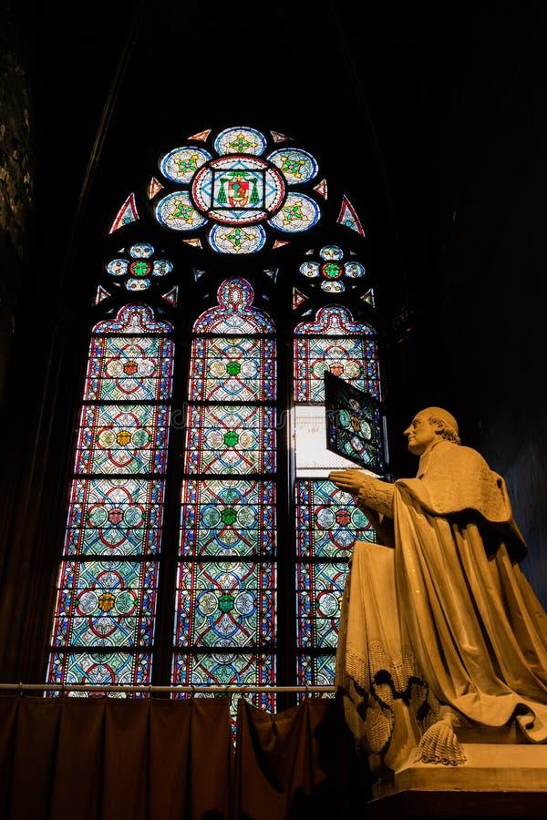 Statue de moine dans la cathédrale photographie stock