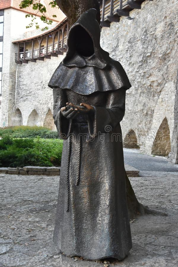 Statue de moine dans la vieille ville de Tallinn, Estonie photographie stock libre de droits